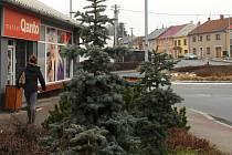 Hněvotín. Prodejna potravin u kruhového objezdu v centru obce