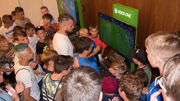 Olomouckou fotbalovou školu v pondělí navštívil i obránce Sigmy Vít Beneš a zahrál si exhibiční zápas na konzoli XBox. Proběhla také beseda a autogramiáda.
