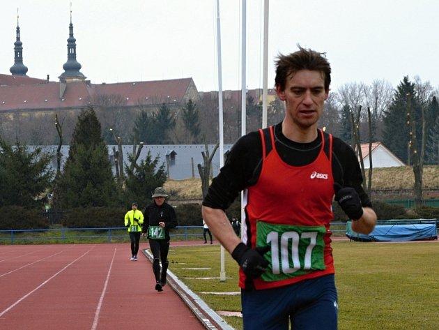 David Pelíšek s náskokem dobíhá do cíle závodu.