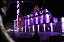 Fialově nasvícená olomoucká radnice. Ilustrační foto