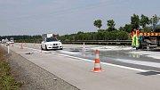 Oprava popraskané dálnice D35 mezi Olomoucí a Lipníkem nad Bečvou v létě 2012 (tehdy jako R35). Ilustrační foto