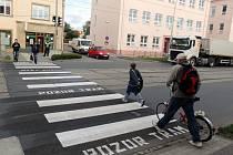 Provizorní přechod a semafor pro chodce u školy v Hodolanské ulici v Olomouci