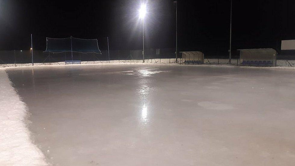 V Šumvaldě na Olomoucku si vyrobili vlastní ledovou plochu.