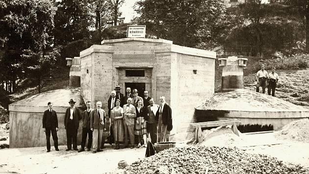 VODOVODNÍ NÁDRŽE. V roce 1932 byly v městském parku na Křížovém vrchu vybudovány vodovodní nádrže, do nichž byla vháněna voda z přečerpávací stanice, kam vtékala samospádem z jímacích pramenů.