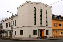 Kulturní dům Nadační v centru Velké Bystřice po zateplení a výměně oken