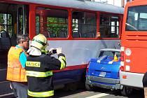 Auto zůstalo vmáčklé mezi tramvaj a autobus u olomoucké tržnice