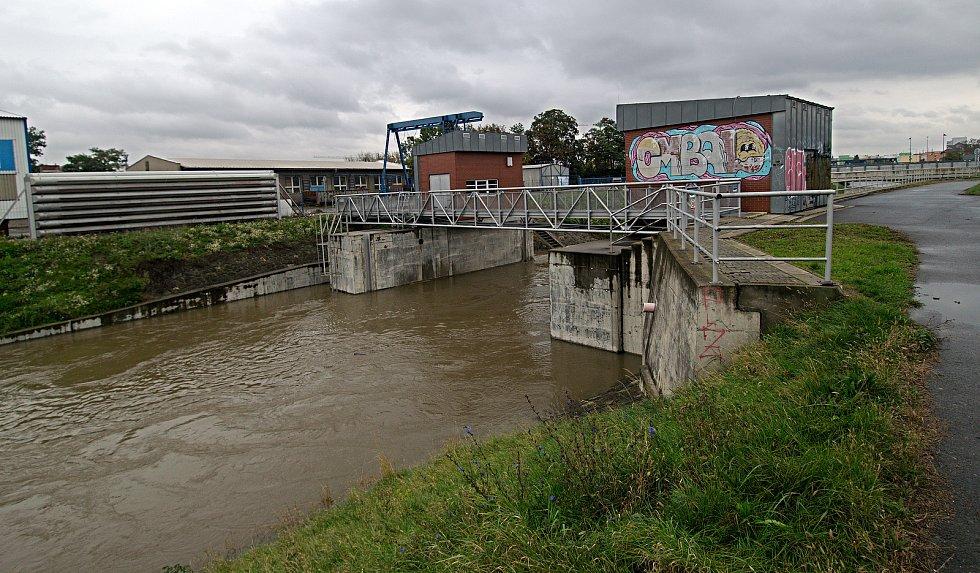 Obtokový kanál u teplárny. Řeka Morava na 2. SPA v Olomouci. 16. října 2020