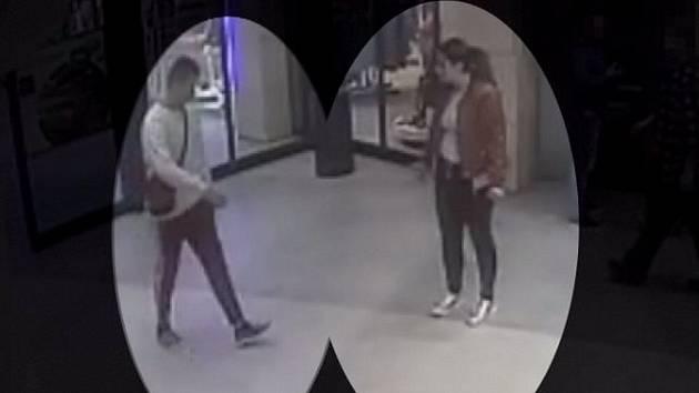 Policie pátrá po totožnosti muže a ženy podezřelých z krádeže oděvů ze dne 30. března 2019 v olomouckém nákupním centru