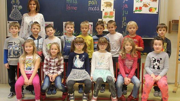 Žáci první třídy ZŠ Těšetice s paní učitelkou Dagmar Žůrkovou