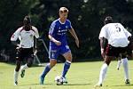 Fotbalisté Sigmy (v modrém) porazili mezinárodní výběr IFA 2:1. Jakub Rolinc