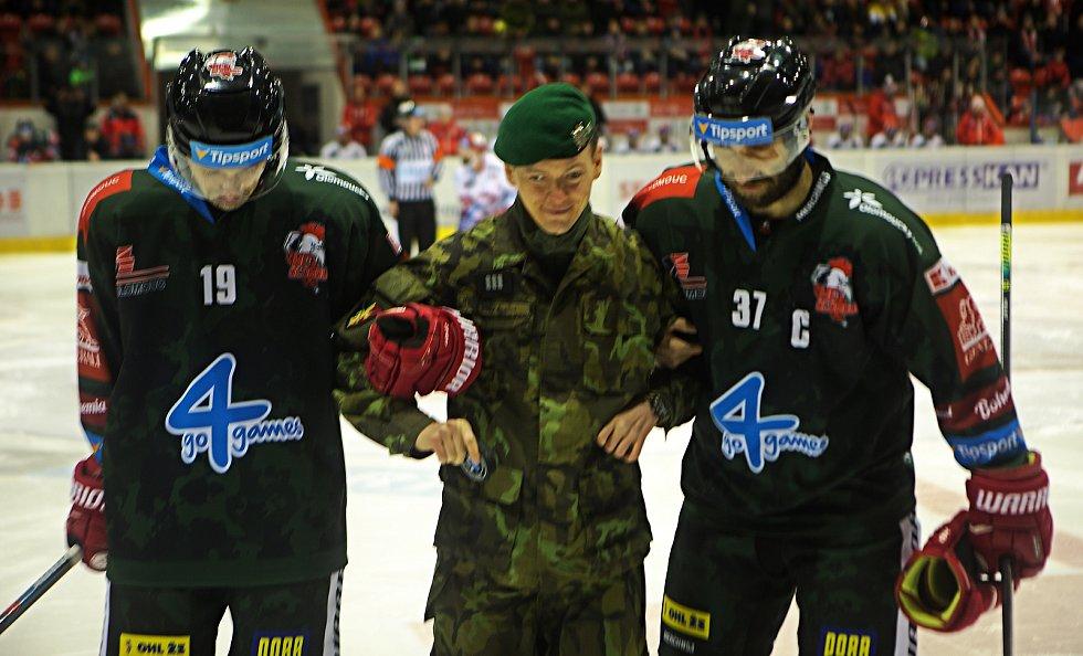 Při vhazování asistovala 7. mechanizovaná brigáda AČR.