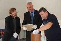 Tubus ukrýval dobové dokumenty, noviny, fotografie, mince i pamětní medaili olomoucké Vědecké knihovny.