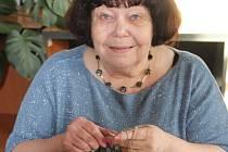Olomoučanka Viera Fialová zdarma plete už osm let ponožky pro novorozence a seniory.