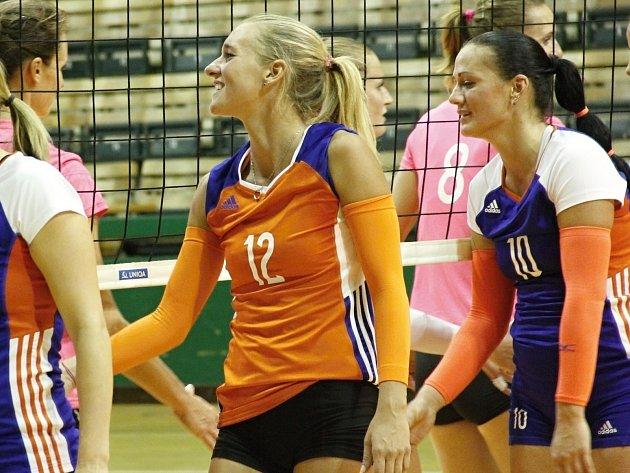 Julie Kovářová (v oranžovém)