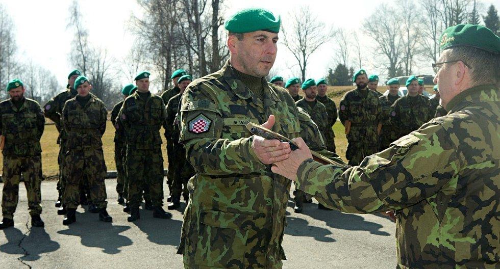 Pěší rota aktivní zálohy při KVV Olomouc fasuje zbraně na cvičení Hradba 2016 - Předává plukovník Josef Kula ředitel KVV Olomouc.