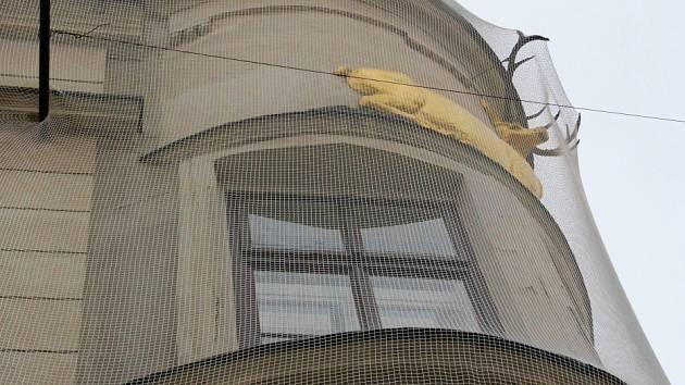 Rohový dům U Zlatého jelena kvůli špatnému stavu fasády obepnula síť
