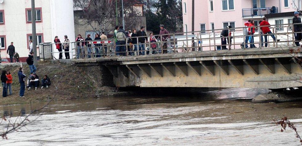 Ve stejný den se chodily davy Olomoučanů s hrůzou dívat na zvedající se hladinu Moravy. Na snímku sledují tok z mostu u kojeneckého ústavu