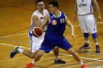 Olomoučtí basketbalisté (v bílém) porazili Vyšehrad 86:67.
