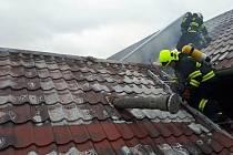 Požár střechy rodinného domu v Myslechovicích, místní části Litovle, 10. 6. 2020