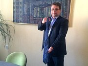 Karel Kroupa věnuje kravatu na kabelkový veletrh