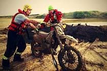 Motorkář uvízl se svým strojem v bahně pískovny v majetíně. Motorku se podařilo vytáhnout hasičům