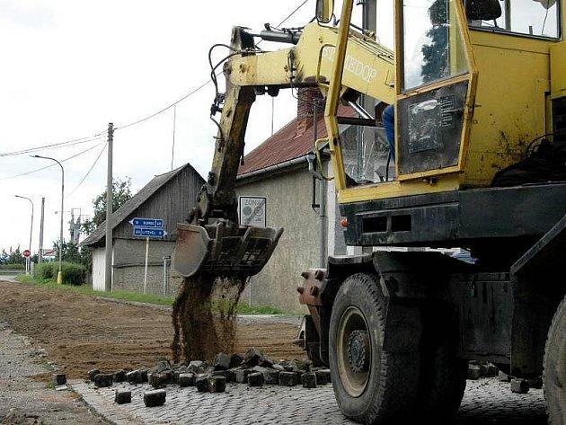 Oprava průjezdové cesty Náklem