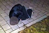 Opilé ležící ženy na silnici ve Zlíně si všimla řidička, která rozvážela pizzu