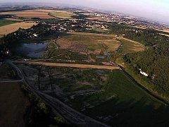 Letecký snímek vypuštěné plumlovské přehrady