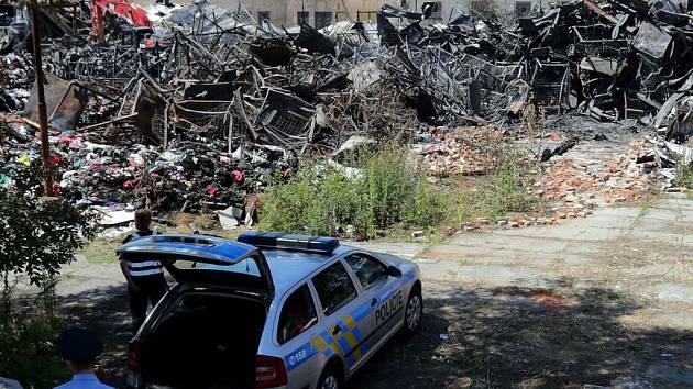 Vyšetřování velkého požáru skladu textilu v olomoucké čtvrti Bělidla