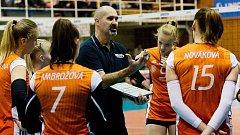 Volejbalistky Šternberka s trenérem Martinem Hrochem