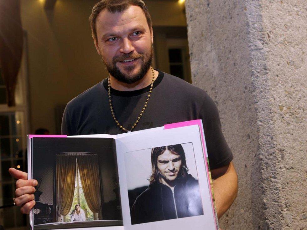 Tomáš Ujfaluši na křestu knihy fotografa Ondřeje Pýchy v Olomouci