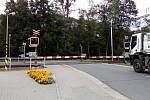 Přejezd ve Střeni, na kterém se SŽDC snaží vyladit světelnou signalizaci a závory.