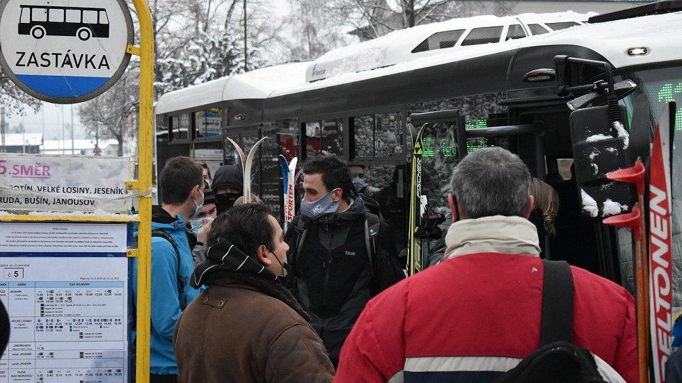Skibus mířící na Červenohorské sedlo, leden 2021. Ilustrační sedlo