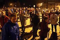 Na tradiční noční pěší pouť na Svatý Hostýn vyrazily stovky poutníků ze Svatého Kopečku.Jedna ze zastávek na oddych před hotelem Zámek ve Velké Bystřici.