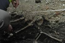 Archeolog Richard Zatloukal ohledává místo nálezu.