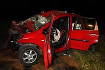 Zraněnému řidiči pomohli z auta hasiči