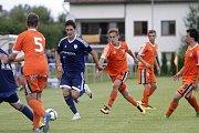 Uničovští fotbalisté porazili v přípravném zápase s béčkem Sigmy (v oranžovém) 6:2. Tomáš Vasiljev (u míče)