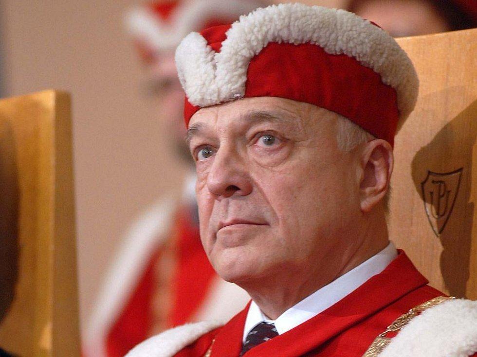 Dosvadní rektor olomoucké univerzity Lubomír Dvořák se bude o post znovu ucházet