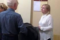 Učitelka Vanda Fabianová u olomouckého okresního soudu, který řeší její žalobu na neplatnost výpovědi kvůli údajnému sexuálnímu obtěžování žáků na škole v přírodě