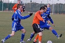 Štěpán (vlevo) s Jurkičem se snaží zastavit soupeře.