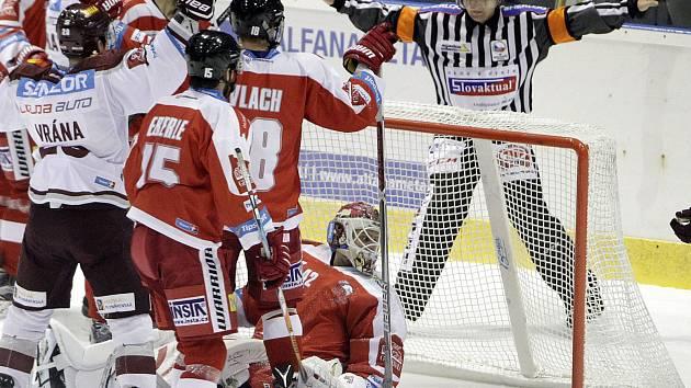 Olomoučtí hokejisté (v červeném) prohráli se Spartou Praha 2:3 po prodloužení