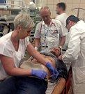 Figuranta na snímku právě přivezla záchranka do specializovaného centra, kde zkušený tým okamžitě zahajuje sérii vyšetření, včetně odběru krve, aby se nemocnému dostalo účinné léčby v co nejkratším čase.