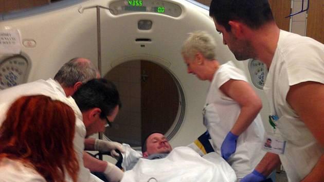 Pacient se během několika minut ocitne na radiologickém pracovišti, kde mu tým provede výpočetní tomografii mozku. Potvrdí si diagnózu mozkové příhody.