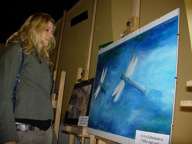 Firma Dürer´s Company nabízela na veletrhu deset výtvarných děl, jejichž autory jsou studenti školy.