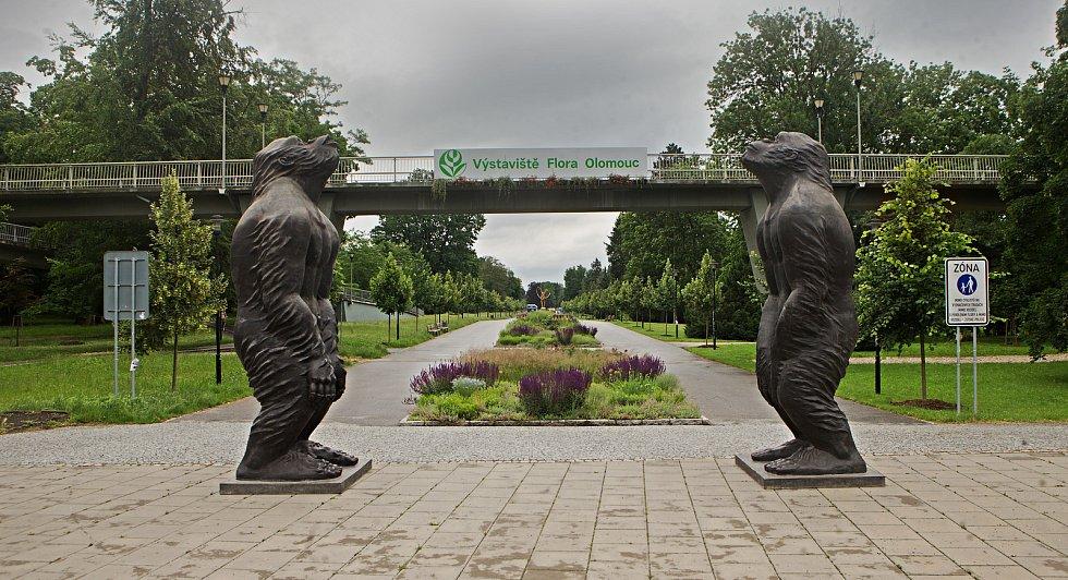 Festival Sculpture Line v Olomouci - dvě sochy lidoopů autora Liu Ruowang s názvem Original Sin. Instalace u vstupu do Smetanových sadů, 19. června 2020