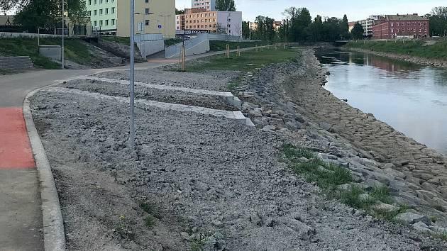 Proměna nábřeží kolem řeky Moravy v centru Olomouce u VŠ kolejí, mezi mosty na Masarykově třídě a třídě Kosmonautů. 30. dubna 2020