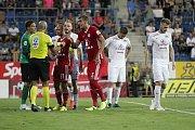 Olomoučtí fotbalisté (v červeném) remizovali se Slováckem 0:0Tomáš Chorý (č. 15)