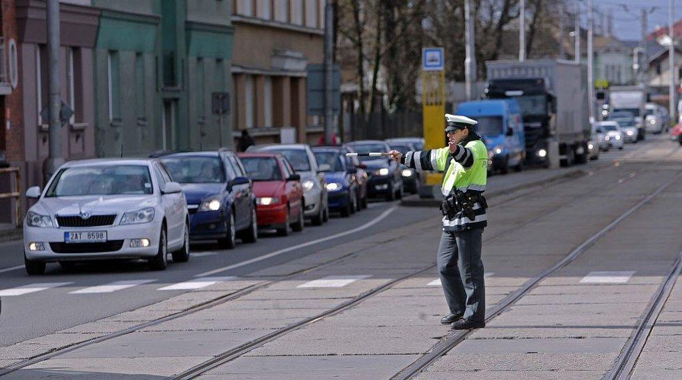 Policie řídí dopravu na křižovatce u Myší díry. 1. dubna 2015