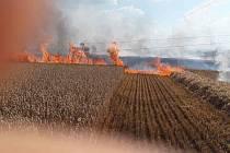 Požár pole v Troubelicích na Olomoucku