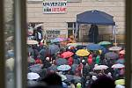Protest studentů UP proti školské reformě na nádvoří filozofické fakulty